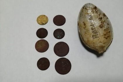 """Поисковики из Калашниково нашли подписную ложку с инициалами и деньги. Фото: ТРОО """"Исток"""""""